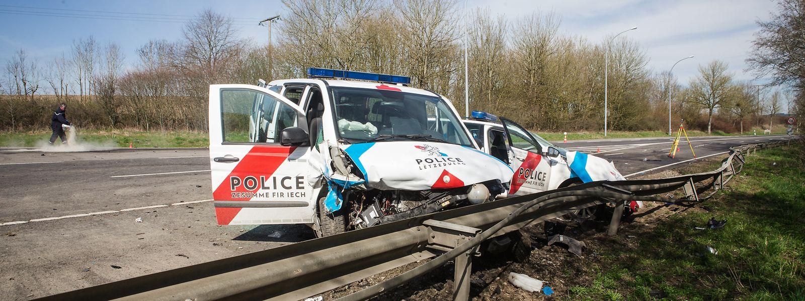 Der Polizeibus hatte den Streifenwagen mit voller Wucht erfasst, als das Auto ein Wendemanöver durchführte.