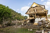 17.07.2021, Rheinland-Pfalz, Altenahr: Ein partiell zusammengefallenes Haus steht in Altenahr nahe dem Ufer der Ahr. Massive Regenfälle haben in Rheinland-Pfalz für verheerende Überschwemmungen gesorgt. Foto: Philipp von Ditfurth/dpa +++ dpa-Bildfunk +++