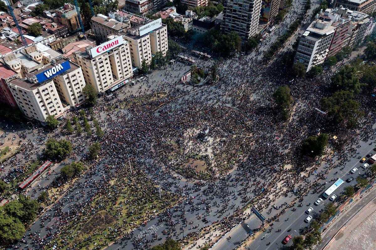 In der Innenstadt von Santiago de Chile toben die Menschenmassen.