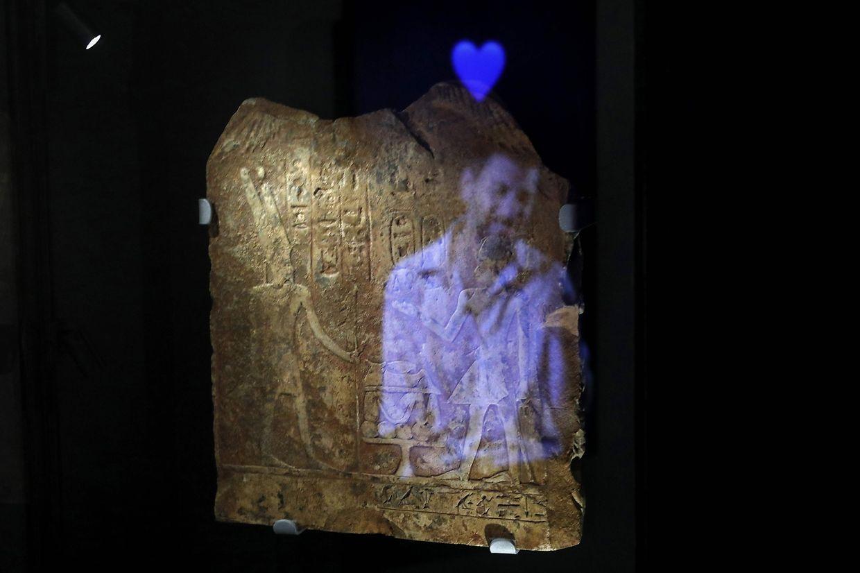 """Eine Videoinstallation stellt in der aktuellen Schau des Jerusalemer Israel Museum, """"Emoglyphs: Picture-Writing from Hieroglyphs to the Emoji"""", Antike und Moderne gegenüber."""