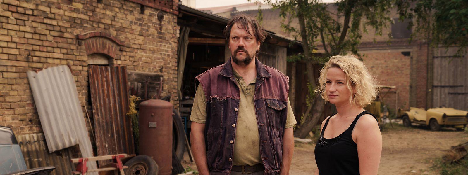 Nach langer Zeit ist Schaller (Charly Hübner) wieder ins Dorf zurückgekehrt. Möchte er nur die Beziehung zu seiner Tochter Miriam (Nina Gummich) verbessern?