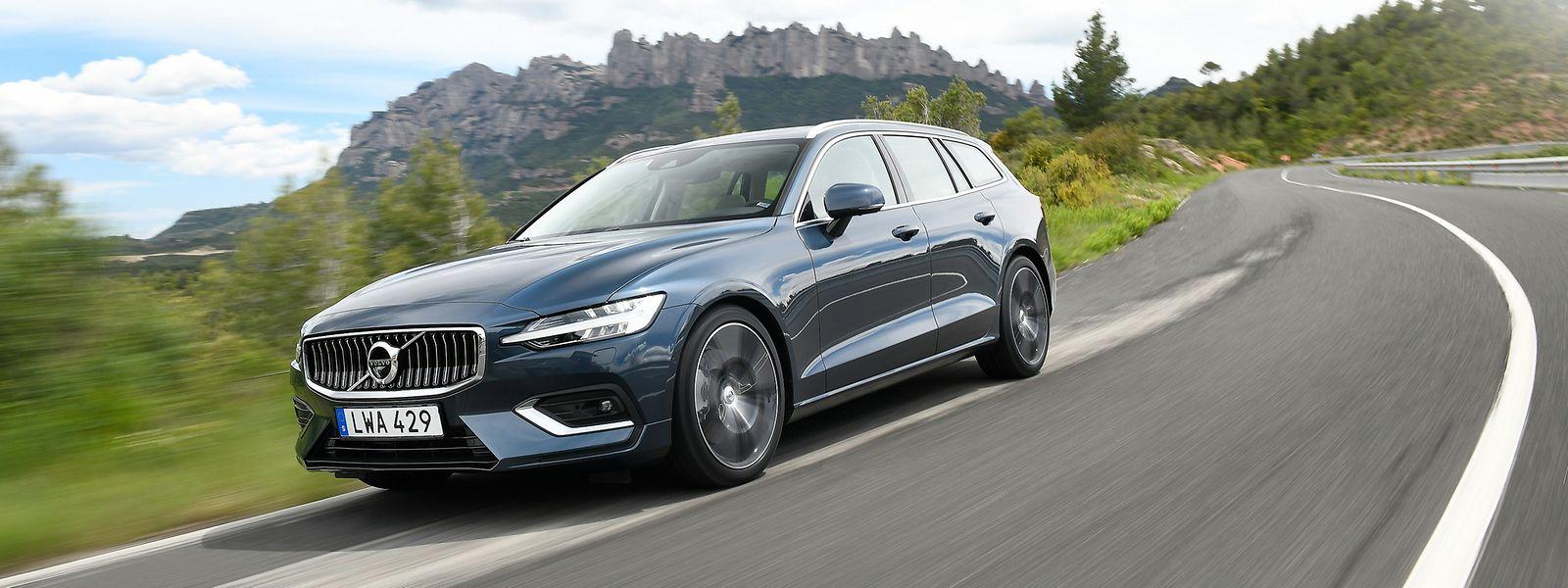 Die Neuauflage des Volvo V60 haben die Schweden leidenschaftlicher gezeichnet und ihrem fünftürigen Familienkombi einen athletischeren und eleganteren Auftritt verpasst.