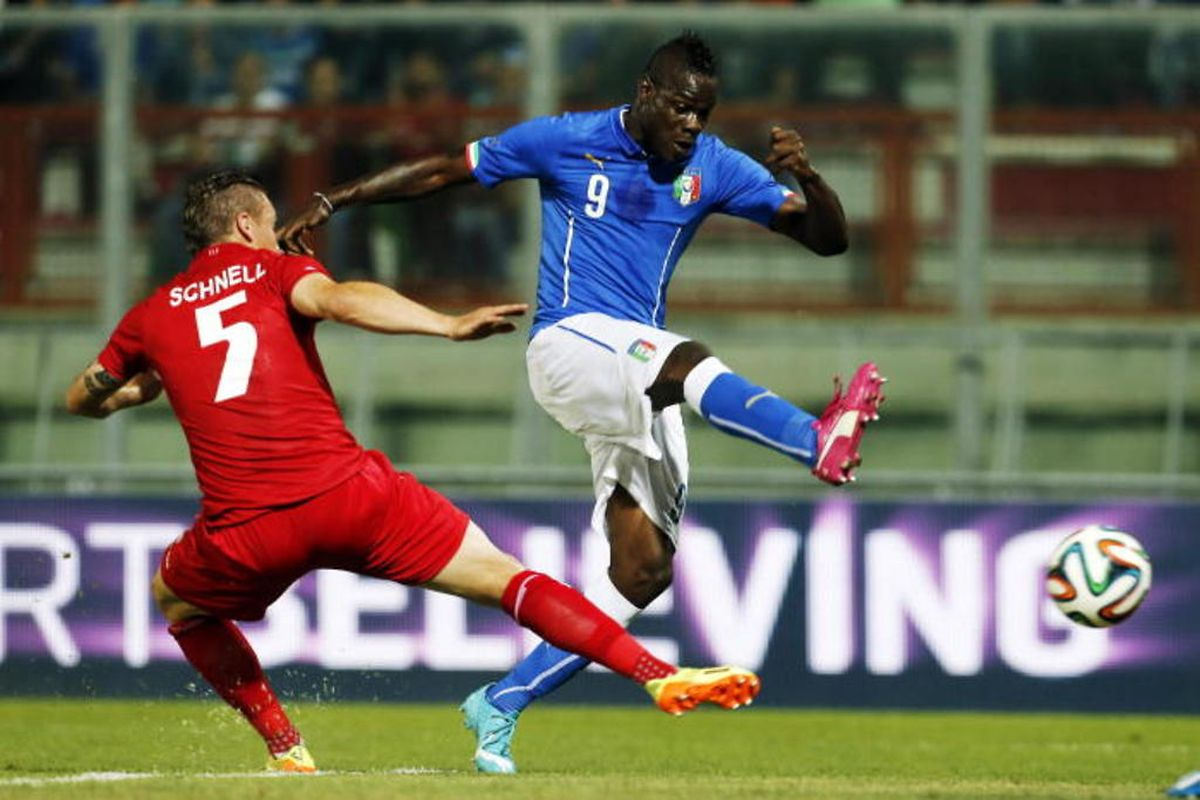 Mario Balotelli échappe à Tom Schnell  mais son tir sera repoussé par la barre d'Anthony Moris.