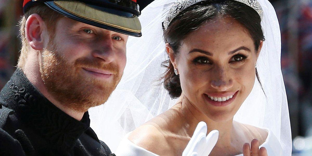 """19.05.2018, Großbritannien, Windsor: Prinz Harry und seine Frau Meghan winken, als sie nach der Trauung in der Pferdekutsche """"Ascot Landau"""" an der Long Walk entlang fahren."""