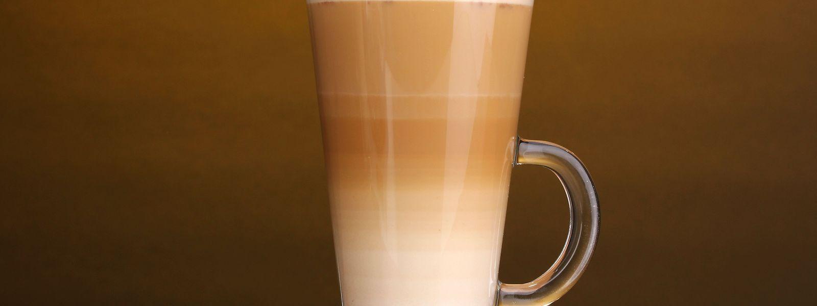 So sieht ein perfekt eingeschenkter Latte macchiato mit mehreren Schichten aus.