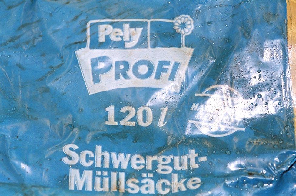Die Aufschrift der Plastiktüte lässt darauf hindeuten, dass sich der Mörder in einem deutschsprachigen Land aufhielt.
