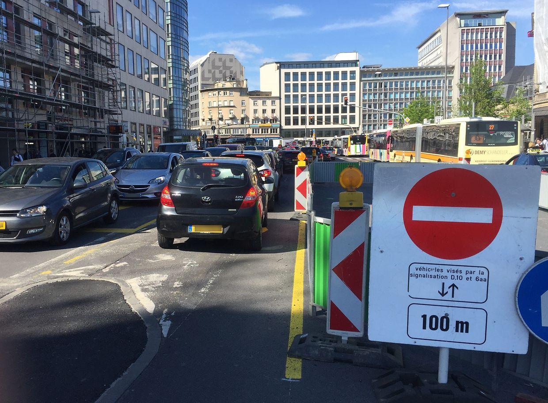 Das Schild besagt, dass in 100 Metern nur noch Busse, Taxis und Fahrzeuge im Eildienst weiterfahren dürfen. Demnach ist auch Radfahrern die Weiterfahrt untersagt.