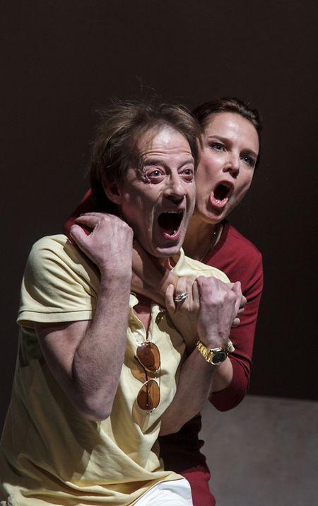 Luc Feit und Désirée Nosbusch sind als Carla und Boris auf einem Partyboot auf dem offenen Meer gefangen.