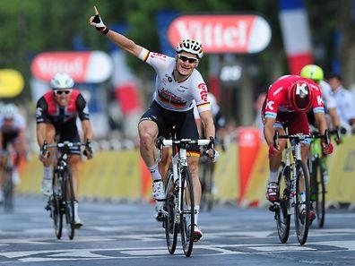 André Greipel (D/Lotto-Soudal) sichert sich den Etappensieg auf den Champs-Elysées - Tour de France 2016 –  21. Etappe Chantilly / Paris Champs-Élysées– Foto: Serge Waldbillig