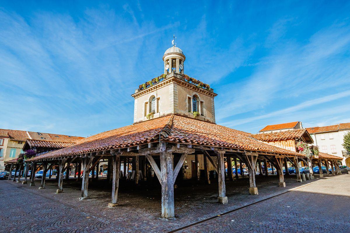 Die Markthalle mit markantem Belfried im Stadtkern von Revel.