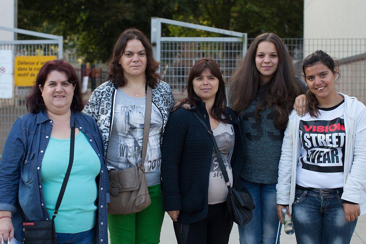 Maria Santos, Fátima Marques, Vera Moreira e uma amiga e a filha mais velha levaram as crianças à escola do Brill