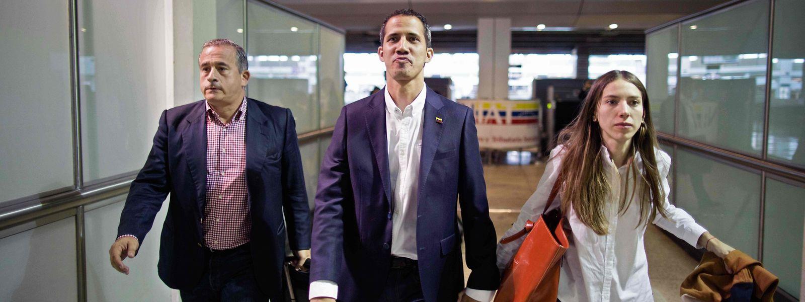 Juan Guaidó trifft gemeinsam mit seiner Frau Fabiana Rosales am Flughafen Simon Bolivar in der venezolanischen Maiquetía ein.