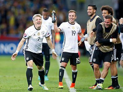 Jogadores alemães celebram o segundo golo marcado por Bastian Schweinsteiger (n°7)