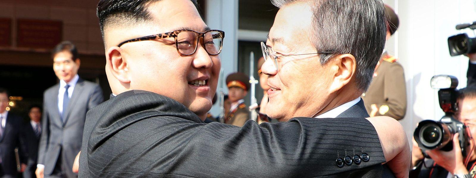 Schon wieder eine herzliche Umarmung? Nordkoreas Machthaber Kim Yong Un herzt Südkoreas Präsidenten Moon Jae-In bei einem Überraschungstreffen am Samstag.