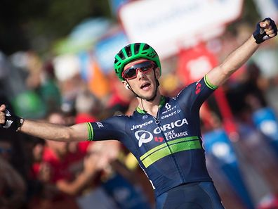 """Orica-Bikeexchange's British cyclist Simon Yates celebrates as he crosses the finish line during the 6th stage of the 71st edition of """"La Vuelta"""" Tour of Spain, a 163,2 km route between Monforte de Lemos to Luintra on August 25, 2016. / AFP PHOTO / JAIME REINA"""