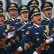 """Das """"militärische Training und die Bereitschaft für einen Krieg"""" müssten verbessert werden, sagte der Premier vor den knapp 3000 Delegierten in der Großen Halle des Volkes."""