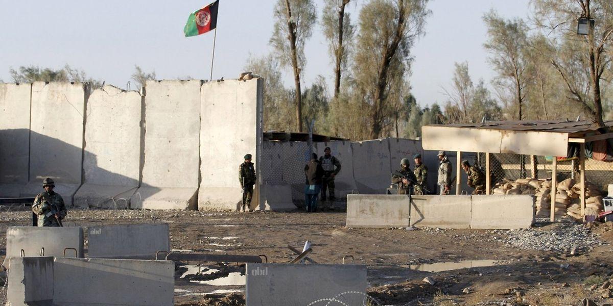 Onze assaillants sont parvenus à entrer mardi soir dans la première enceinte du complexe hautement sécurisé qui abrite, outre l'aéroport et une zone résidentielle civile, une base militaire partagée par l'Otan et l'armée afghane.