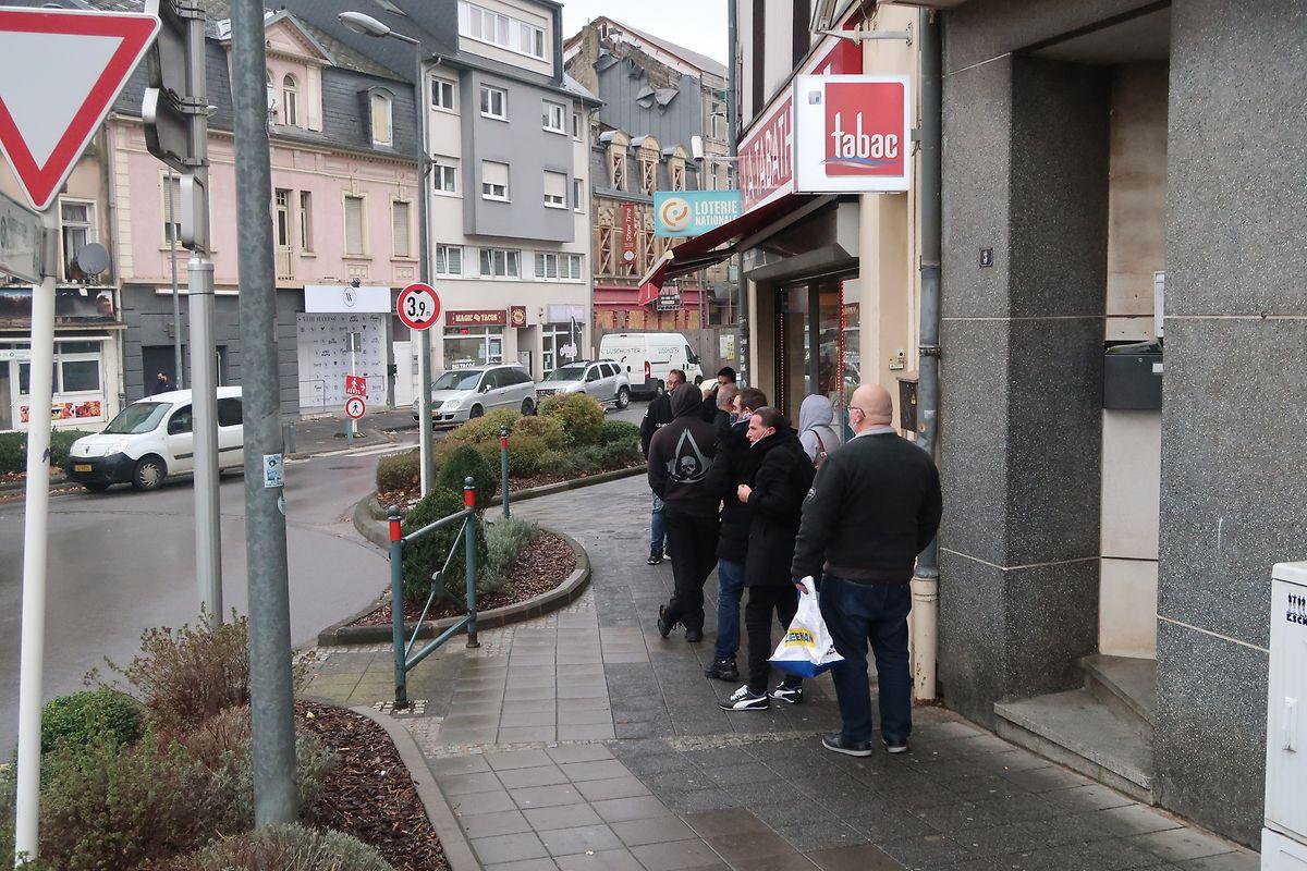Vor diesem kleineren Tabakgeschäft bildete sich draußen eine Schlange. In den größeren Geschäften wurde drinnen gewartet.