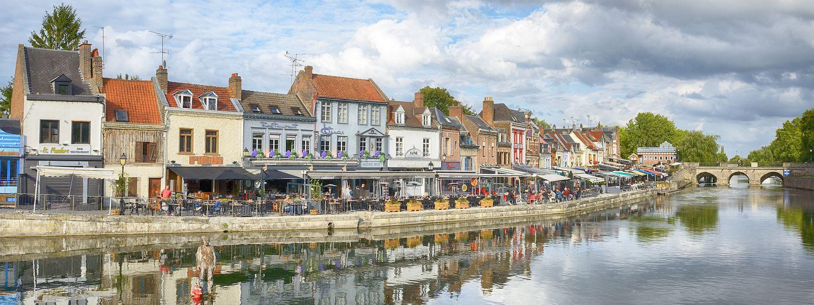 In Amiens kann man entlang der Somme flanieren, lokale Gastronomie genießen und die historischen Gartenanlagen per Boot erkunden.
