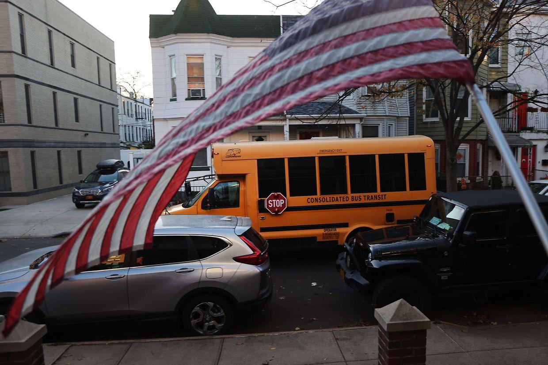 In New York schließen wegen steigender Infektionsfälle wieder die Schulen.