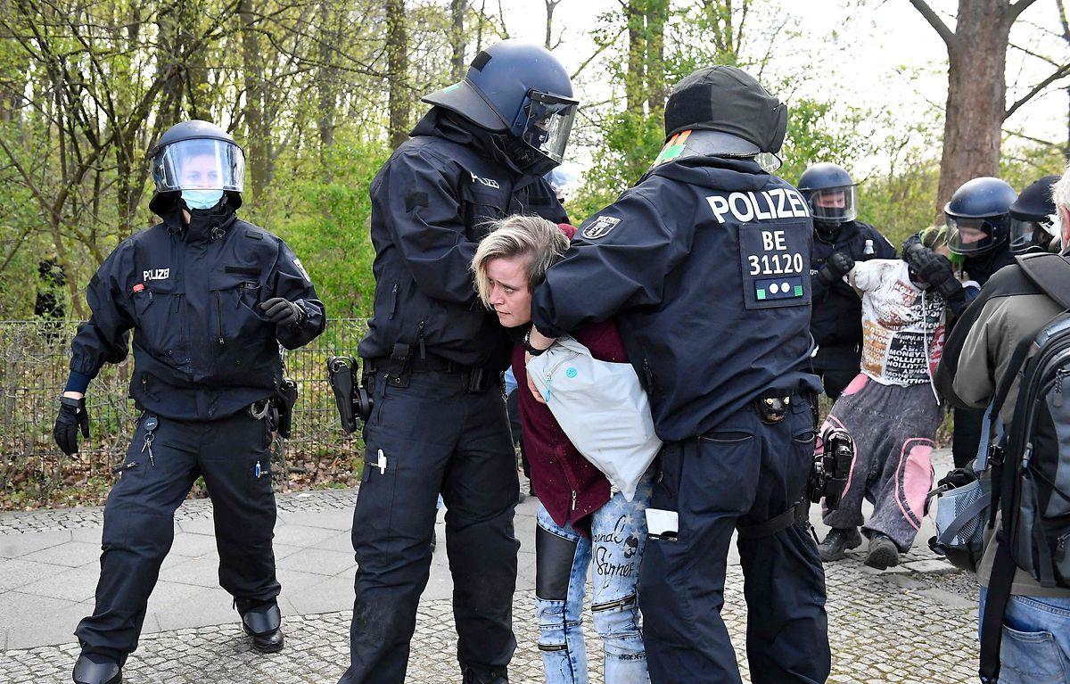 Vor dem Reichstagsgebäude in Berlin demonstrierten Leugner am Mittwoch gegen die Maßnahmen.