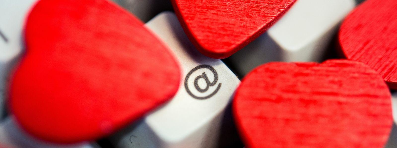 Online lassen sich oft schneller Kontakte knüpfen, als im Alltag. Die große Liebe steckt aber nur selten dahinter.