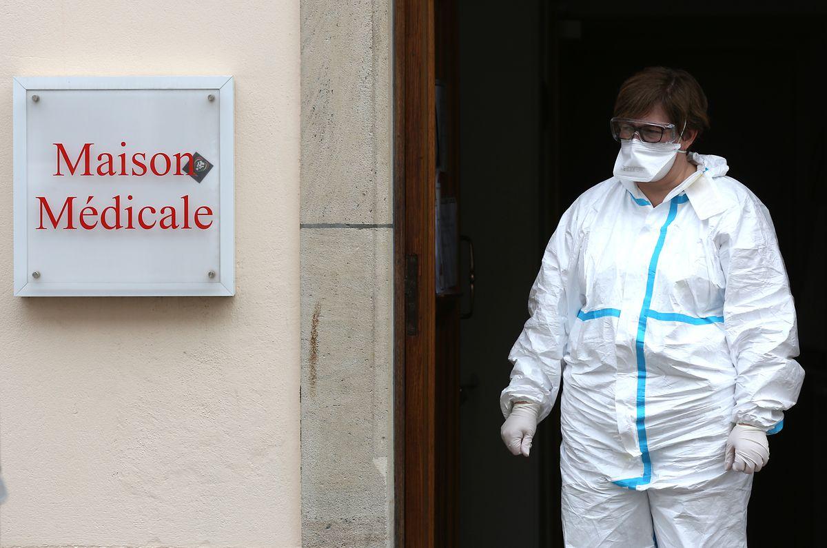 Die Mitarbeiter der Zentren tragen spezielle Schutzkleidung, um Virusübertragungen zu verhindern.