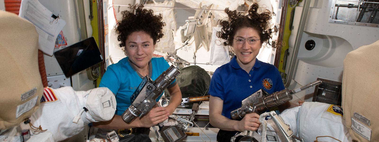Die US-Astronautinnen Christina Koch (r) und Jessica Meir auf der Internationalen Raumstation.