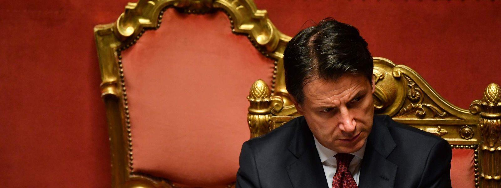 Der parteilose Regierungschef Giuseppe Conte wollte noch am Dienstag nach einer turbulenten Sitzung des Senats seinen Rücktritt beim Staatsoberhaupt einreichen, wie er ankündigte.