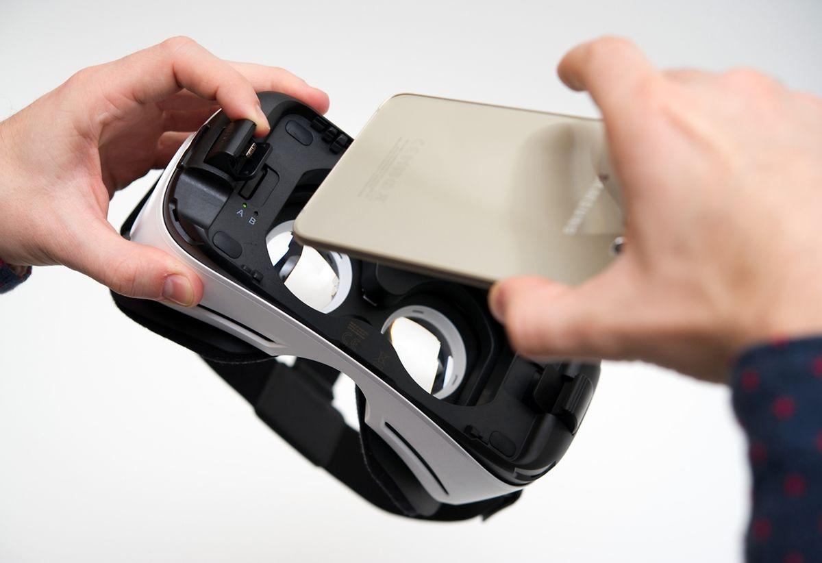 Das Smartphone wird über einen USB-Stecker mit der Brille verbunden. Dann wird die Software installiert, und die Reise in virtuelle Welten kann beginnen.