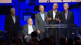 TOPSHOT - (L-R) Former US Presidents, Jimmy Carter, George H. W. Bush, George W. Bush, Barack Obama and Bill Clinton attend the Hurricane Relief concert in College Station, Texas, on October 21, 2017. / AFP PHOTO / JIM CHAPIN