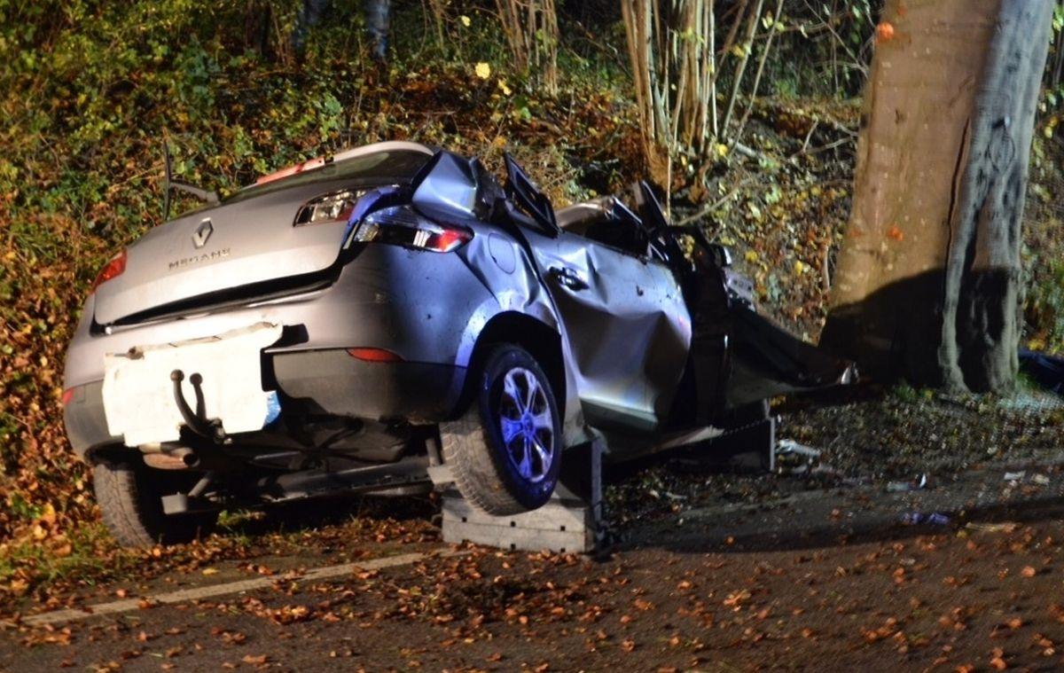 Der Kompaktwagen prallte frontal gegen einen Baum.