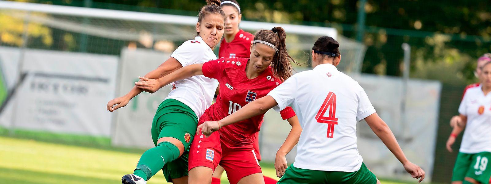 Die Mannschaft um Laura Miller (rot) zeigt vor allem in der ersten Halbzeit eine starke Leistung, belohnt sich aber nicht.
