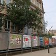Auch vor der Brillschule, der größten Grundschule des Landes, stehen Wahlplakate. Doch nur ein Blick in die Wahlprogramme verrät, was die Parteien zur Bildung zu sagen haben.