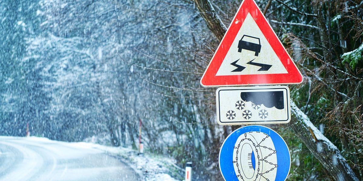 Auch wenn Winterreifen nicht per Gesetz vorgeschrieben sind, kann ein Schild diese für einen bestimmten Streckenabschnitt einfordern.