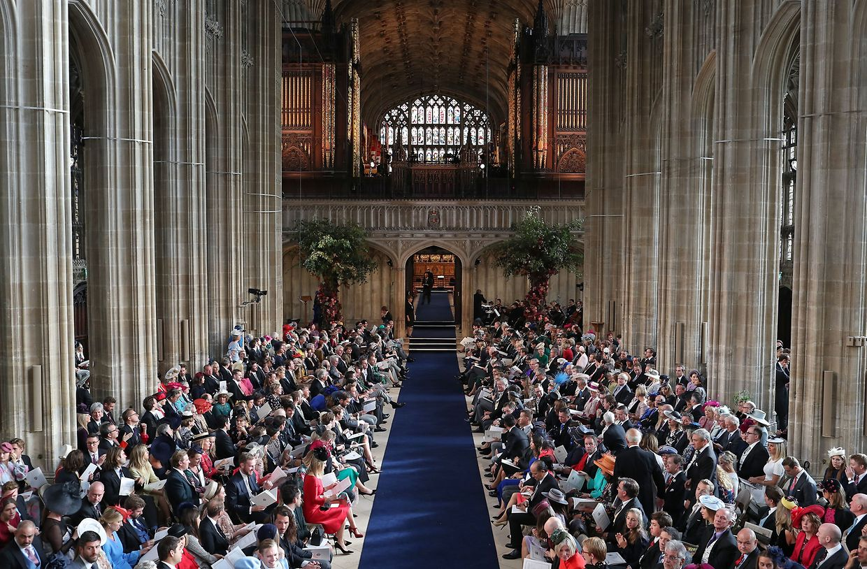 Die Hochzeitsgäste nehmen in der St.-Georges-Kapelle von Schloss Windsor Platz.