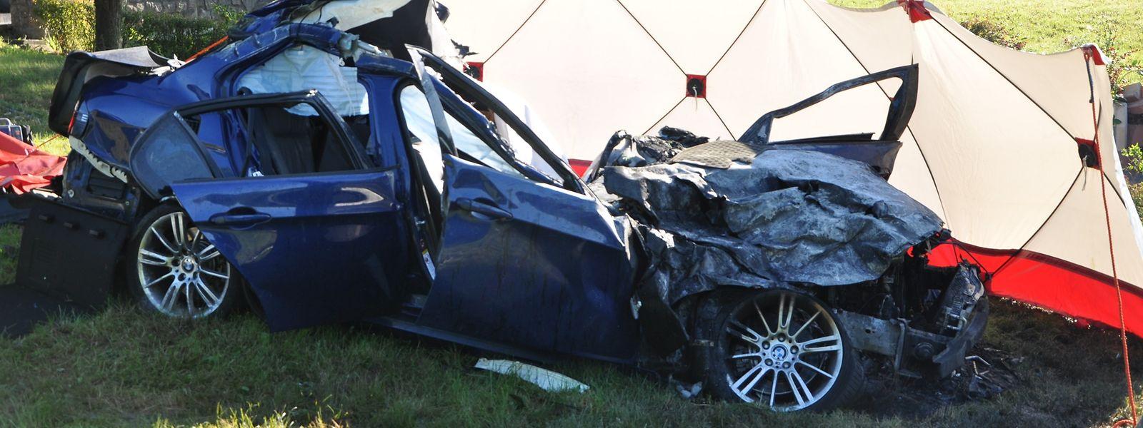 Der Wagen war am Morgen des 26. Juni 2016 in den Kreisverkehr gerast, hatte einen Hügel gerammt und war 30 Meter weiter inmitten des Rond-point gelandet.