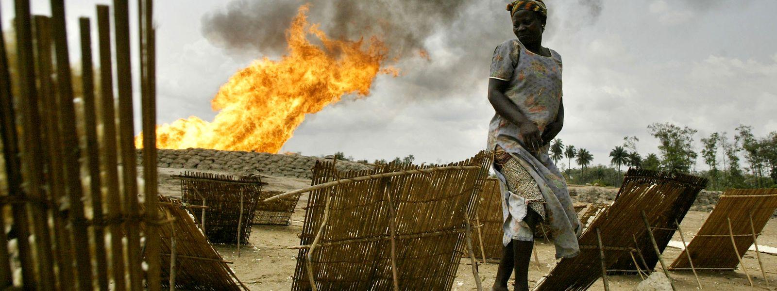 Gasfackel in der Nähe der Utorogu-Flussstation der Shell-Ölgesellschaft in Warri, Nigeria: Erdöl ist seit den 1970er Jahren das wichtigste Exportgut des Landes. Nigeria ist der elftgrößte Erdölproduzent der Welt und der größte Erdölproduzent Afrikas.