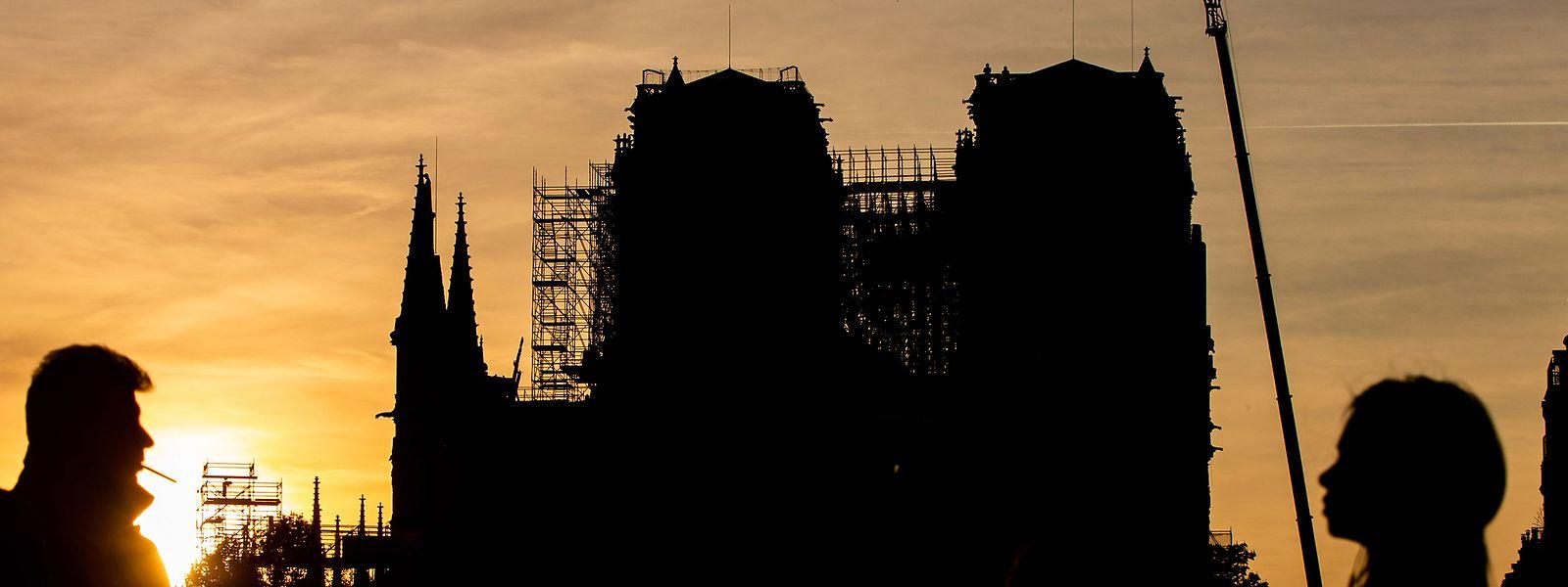 Seit dem Brand lehnen Baugerüste an der Notre-Dame Kathedrale in Paris.