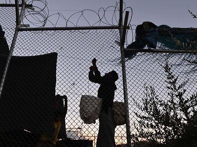 Des milliers de personnes fuyant guerre et misère au Proche-Orient, en Asie et en Afrique, tentent chaque jour de rejoindre clandestinement l'Europe de l'Ouest.