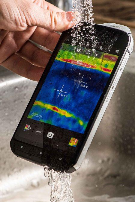 Outdoor- oder Rugged-Smartphones wie das Cat S61 sind auch gegen eindringendes Wasser geschützt und lassen sich abspülen.
