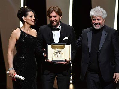 O realizar sueco Ruben Ostlund (ao centro), a actriz francesa Juliette Binoche e o realizador espanhol Pedro Almodovar
