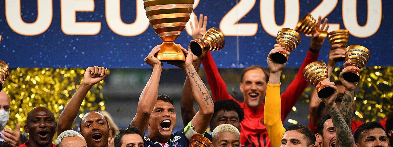 Thiago Silva (Bildmitte) und seine Teamkollegen von Paris SG freuen sich über den Gewinn der Coupe de la Ligue.