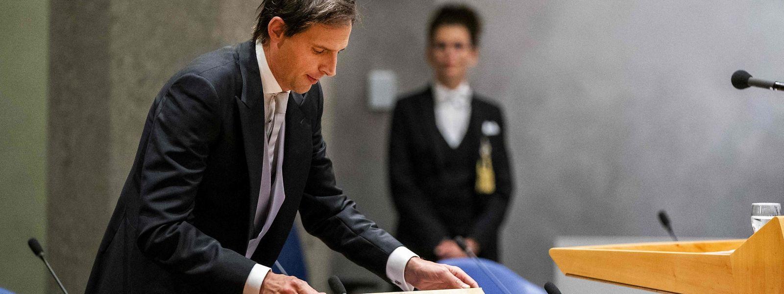 Der scheidende niederländische Finanzminister Wopke Hoekstra (CDA) öffnet die Mappe mit dem Staatshaushalt und der Haushaltserklärung.