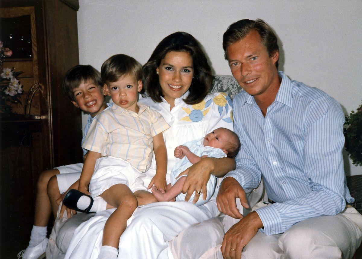 Der kleine Prinz kurz nach seiner Geburt mit seinen Eltern und seinen Brüdern Guillaume (1.v.l.) und Félix.