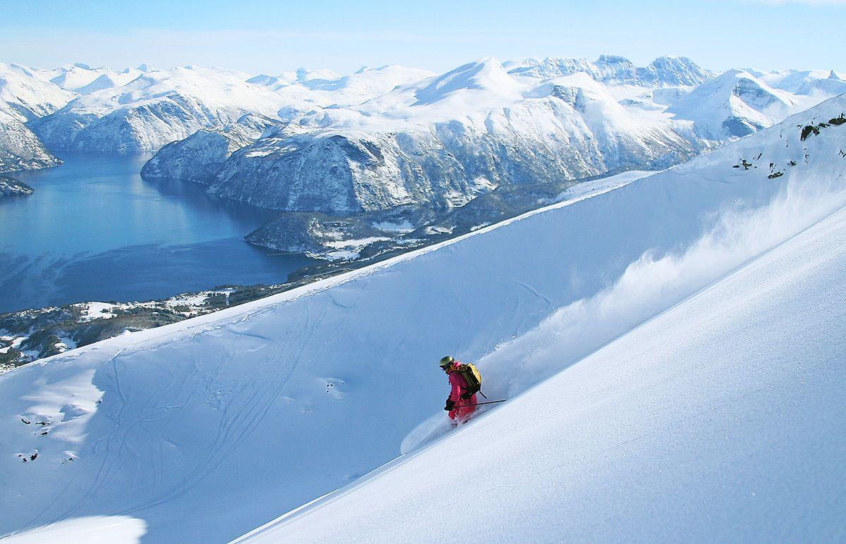 Wer gerne im Tiefschnee fährt, ist im Skigebiet Stranda genau richtig.