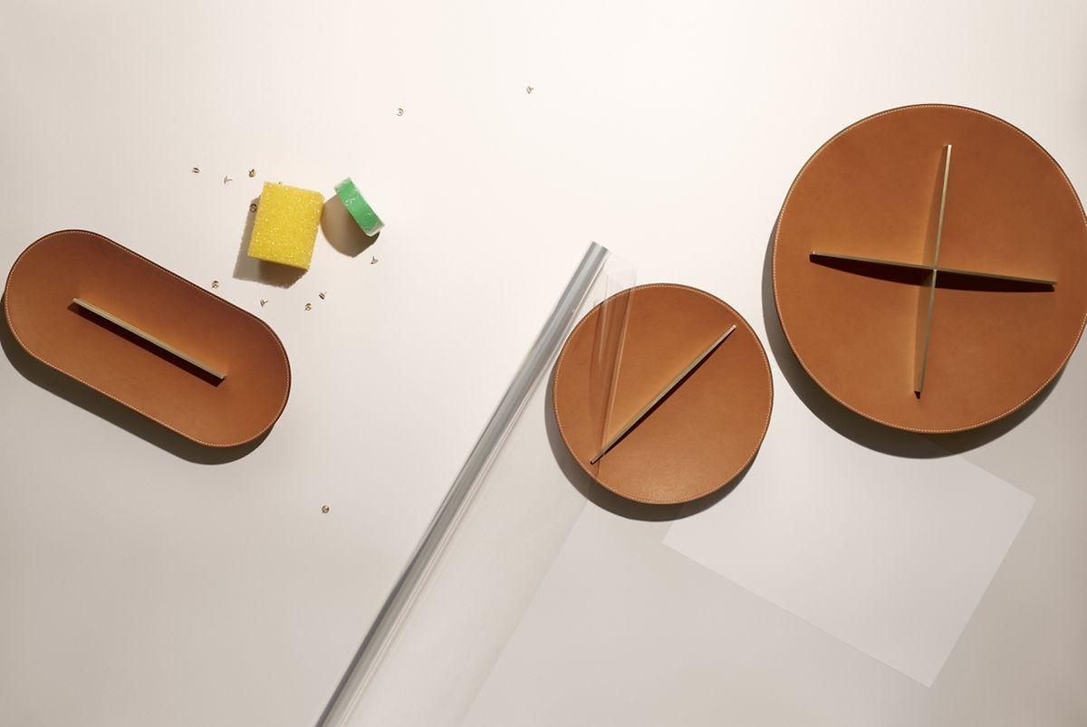 """Die Kollektion """"Èquilibre d·Hermès"""" vonHermès  umfasst Accessoires für und rund um den Schreibtisch aus Büffelkalb-Leder und Ahornholz - etwa diese Schalen."""