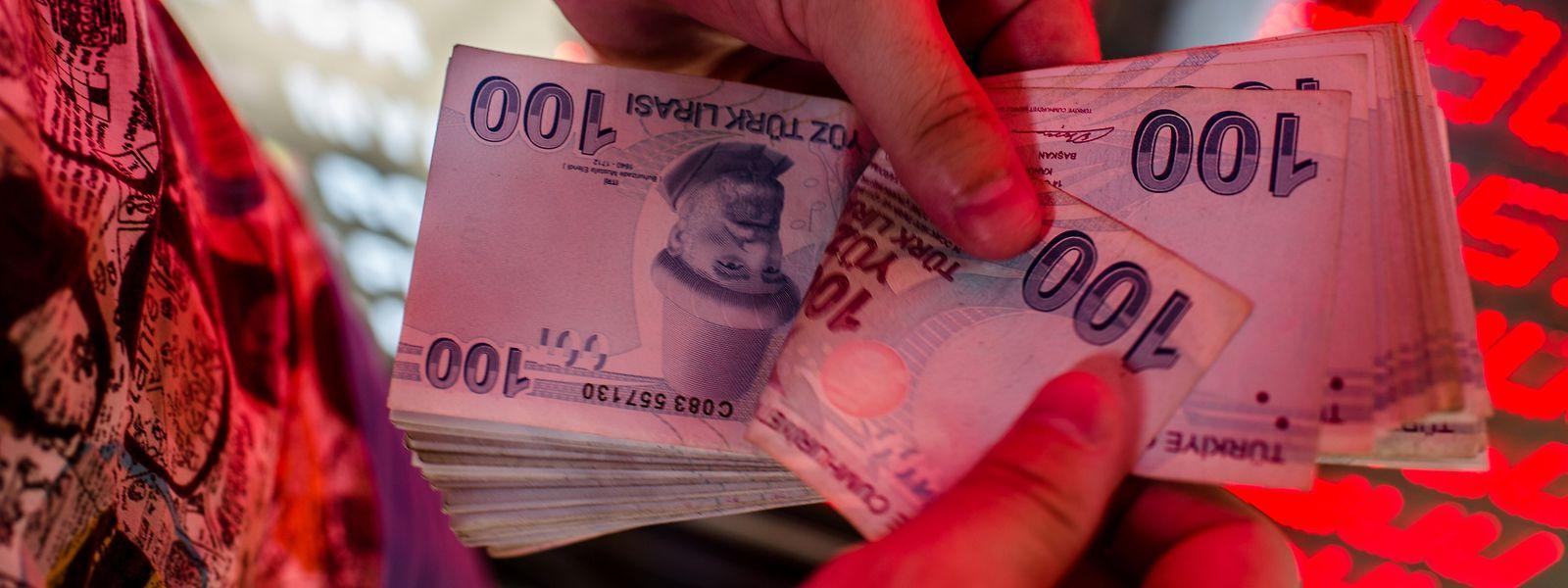 Steigende Inflationsraten, der Wertverlust der Lira und wachsende Arbeitslosigkeit verunsichern die Menschen.
