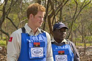 Prinz Harry (l.) informierte sich in Angola über Probleme bei der Minenbeseitigung. EPA/HALO Trust Foto: Halo Trust / Handout