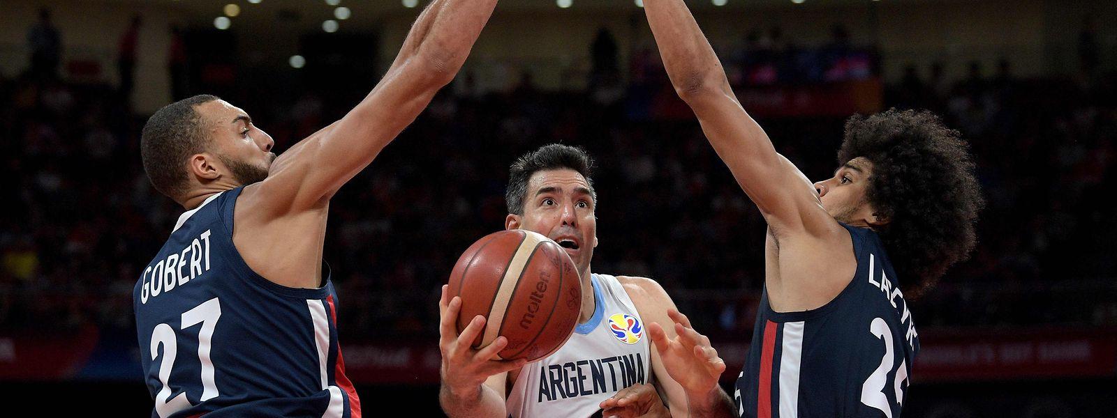 Luis Scola (M.) setzt sich mit Argentinien gegen Rudy Gobert (l.) und Louis Labeyrie durch.